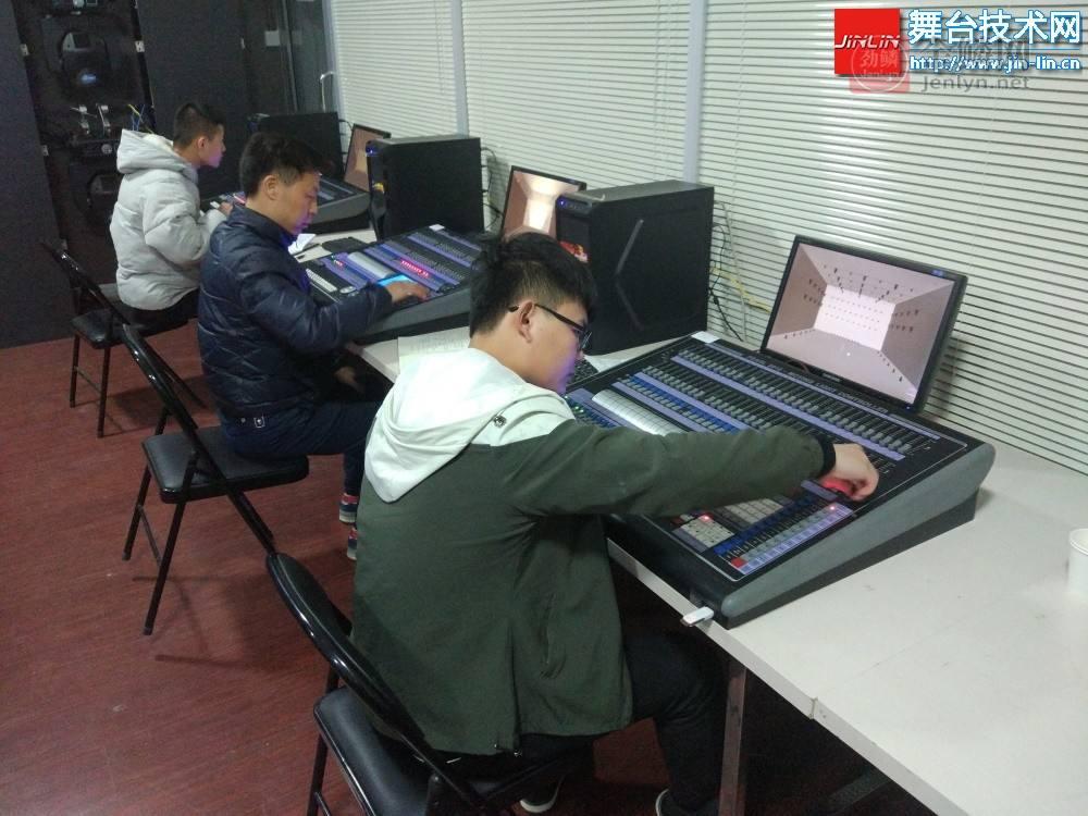 珍珠控台培训区.jpg